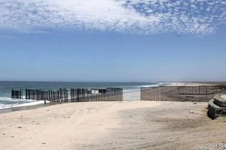 La intervención de Ana Teresa Fernández en la frontera de Tijuana con San Diego. Foto: anateresafernandez.com