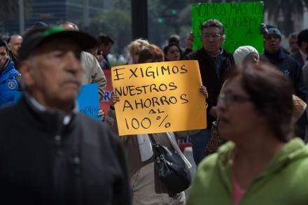 Ahorradores defraudados por el Ficrea protestan en la Bolsa. Foto: Octavio Gómez