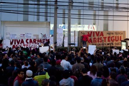 Radioescuchas protestan por el despido de Aristegui en las ofic