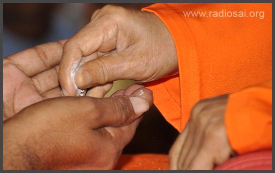 sathya sai baba giving vibhuti