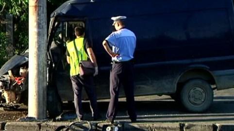 Un echipaj SMURD şi poliţişti, atacaţi cu cuţitul la locul unui accident