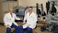 Dr. Lanteri (esquerda) e Dr. Esposito possuem uma vasta experiência realizando RPS robótico.