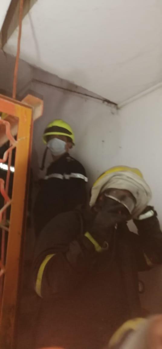 بغداد.. أب أُسرة يحتضن رجل إطفاء أنقذ طفلتيه وزوجته من النيران