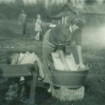 Ingrid Lundgren i full tvättaktivitet 1954.