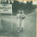 Kompisarna Irja Wiklund och Gun Hedström i Edefors 1953.