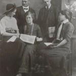 Sittande i mitten Hilda Blomberg g Lindström 1894-1969, förmodligen med vänner i Kiruna där hon arbetade under några år.