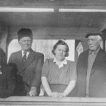 Bilden heter: Disa m ed sin far. Bildtexten från Silbonahs tidigare hemsida är: Fr v Disa Larsson, piga hos syskonen Eriksson i Urstjärn, Axel, Hilda och Isak.