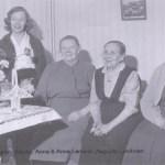 """Lars Mattsons ättlingar, fr v Disa Fältman 1906--1994 gift Ernst Lundgren, Vidsel, hennes kusin Hjördis Larsson 1922-2006 gift Lennart Kerttu, Boden, Hjördis mor Anna Larsson """"Alpas-Anna"""" och Annas svägerska Anna Larsson """"Nygårds-Anna"""" 1880-1972 Harads, längst t h Augusta Rosengren 1883-1964 gift Petter Lundman, Rödingsträsk."""