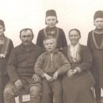 Lars Mattsson Teilus och hustru Britta med sonen Nils Henrik 1923-2011 mellan sig. t v systerdotter Anne-Marie Teilus 1922-2010, döttrarna Frida 1918-2011 och Elsa 1921-2013.