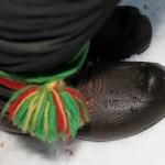 Graningekängor prydda med de typiska Lulesamiska banden i gult, rött och grönt. Denna typ av band är inte vävda utan läggs, som man kallar det. Det kan nog liknas med en sorts flätning.