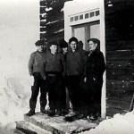 Ungdomar på trappan i Nordlunds i Rödingsträsk; fr v Georg Mikaelsson f 1916, Sivert Mattsson f 1907, okänd, Melker Mikaelsson f 1920 och Hilding Hedström f 1918.