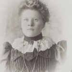 """Alma Mattsson 1884-1970, det yngsta barnet och den enda dottern i Mika-familjen. Vid sin mammas, Anna Kristina Larsdotter Granströms, död var hon 3 år. Henns pappa brukade säga att """"jag har 5 barne och en fliick, och jag tar hand om dom själv"""". Bárne är pojkar på samiska."""