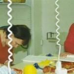 Mor Inga Labba på besök, letar mönster åt dotter Sara. Foto: Camilla L