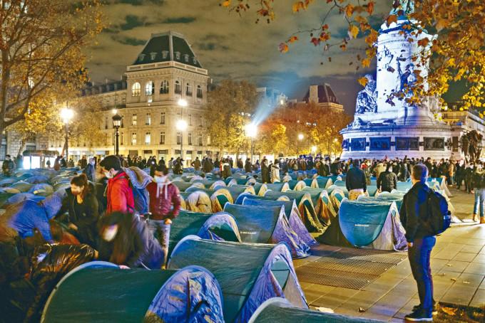 巴黎警方強拆難民營 有人被粗暴扔出帳篷 | 多倫多 | 加拿大中文新聞網 - 加拿大星島日報 Canada Chinese News