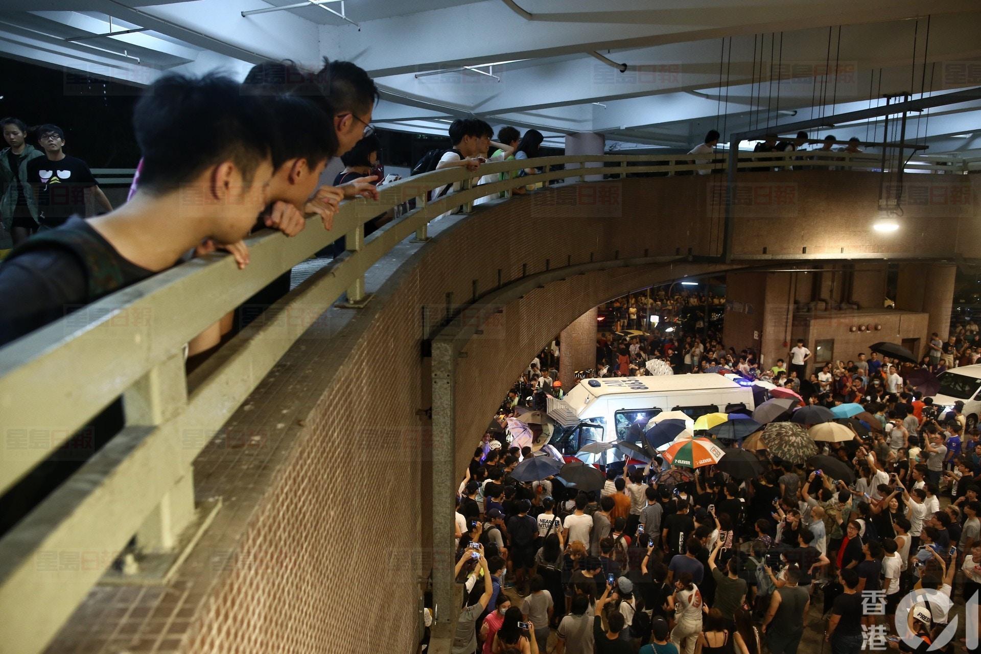 黃大仙數百巿民與防暴警對峙圍警車 高喊:黃大仙唔歡迎你