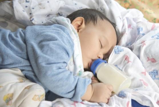 Bahaya Biar Bayi Pegang Botol Sendiri Masa Menyusu. 7 Perkara Perlu Tahu Tentang Tersedak Susu