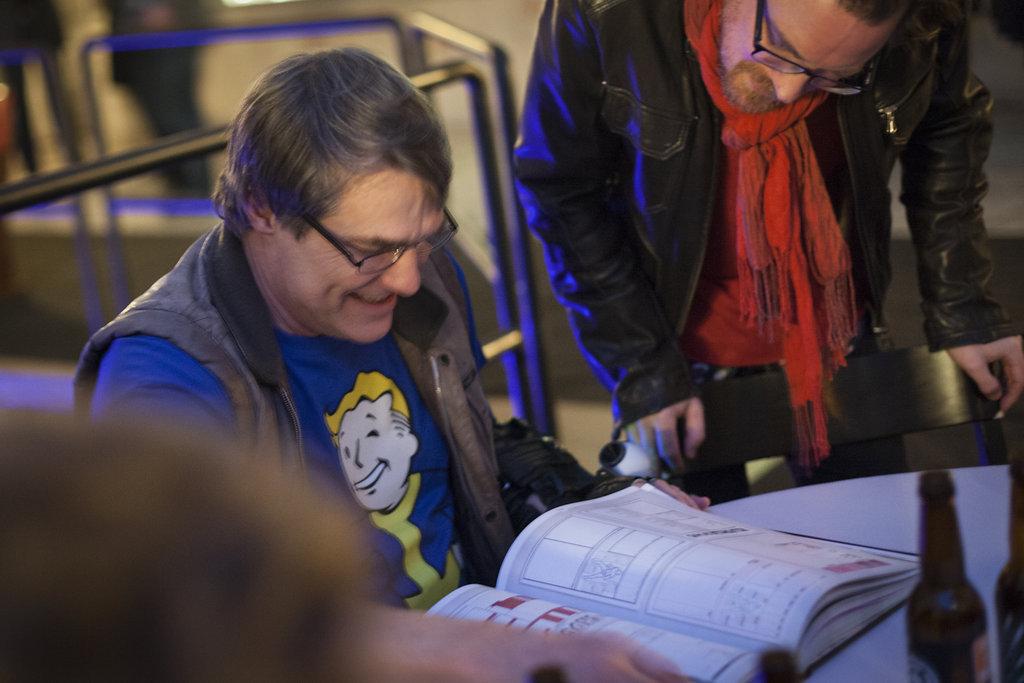 Erik Granströn läser ivrigt i boken