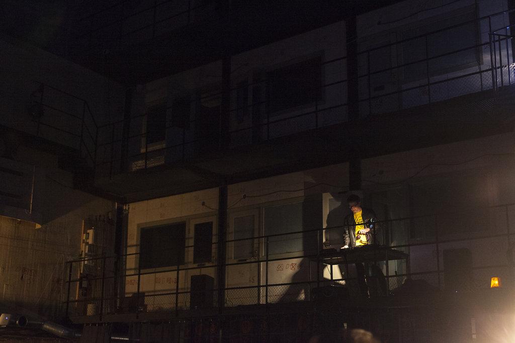 Fredrik Strage underhöll från balkongen