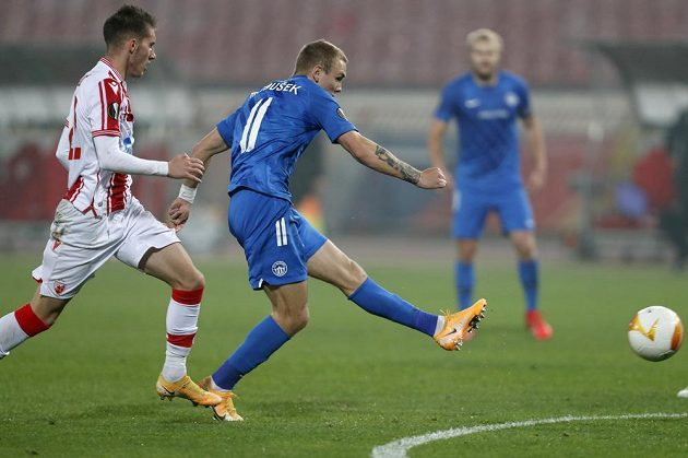 Либерецки Ян Матушек забивает гол против Белграда.