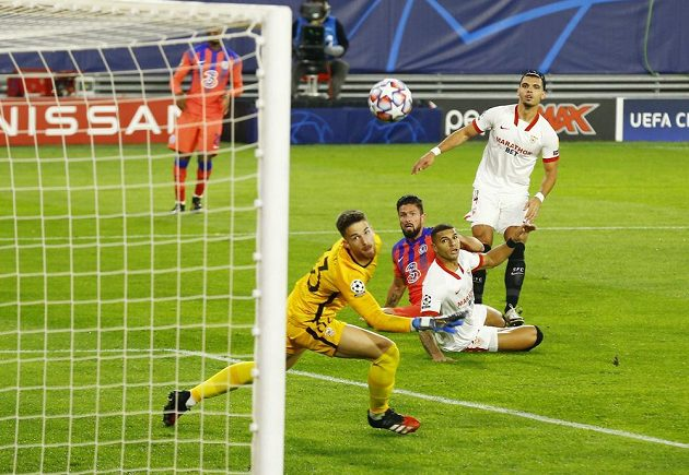 Olivier Giroud from Chelsea scores a goal in Seville, in the goal of which the injured Tomáš Vaclík was replaced by a young man Alfonso Pastor.