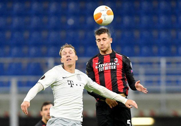 Диого Далот из «Милана» в воздушном бою с Лукашем Юлишем.