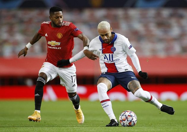 Fred from Manchester United tries to stop the fleeing Brazilian Neymar (right) from PSG.