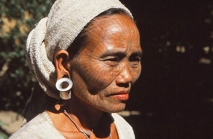 Kvinna med tatueringar. Mrak-U