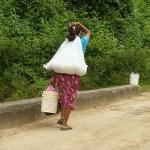 Kvinna med barn på ryggen. Aguacate