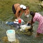 Klädtvätt i floden. Aguacate