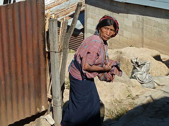Skygg kvinna. San Antonio Palopo