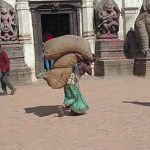 Tungt lastad kvinna. Bhaktapur
