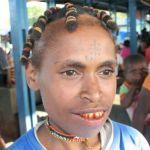 Kvinna med flätor. Manokwari