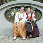 Flickor i folkdräkter. Belgrad
