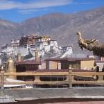 Vy mot Potala från Jokhangtemplet. Lhasa