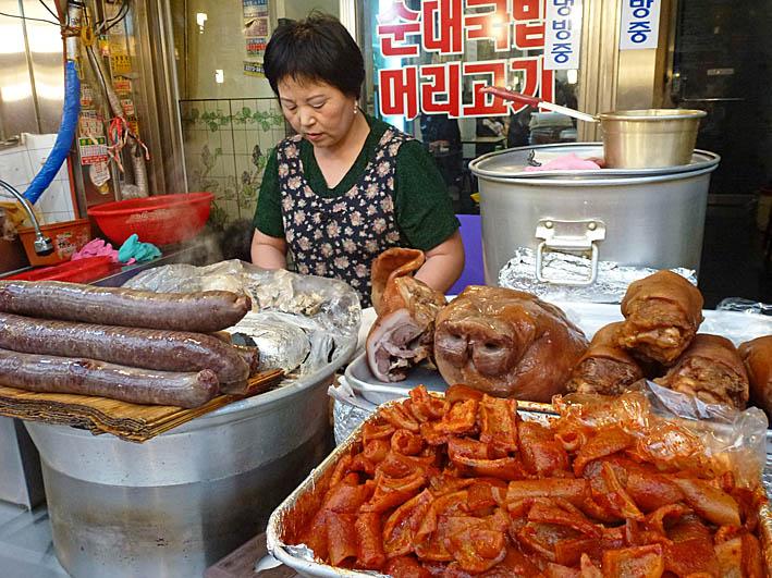 Kvinna med gristryne. Seoul