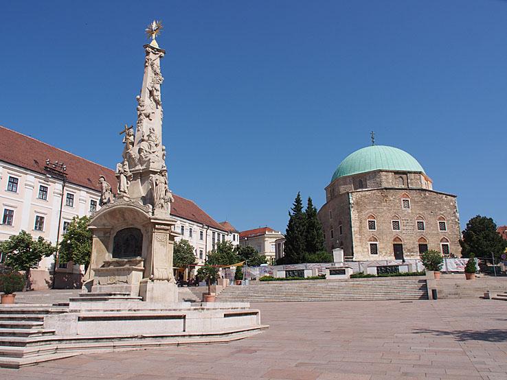 Szechenyl ter med Treenighetskolonnen och moskékyrkan. Pecs