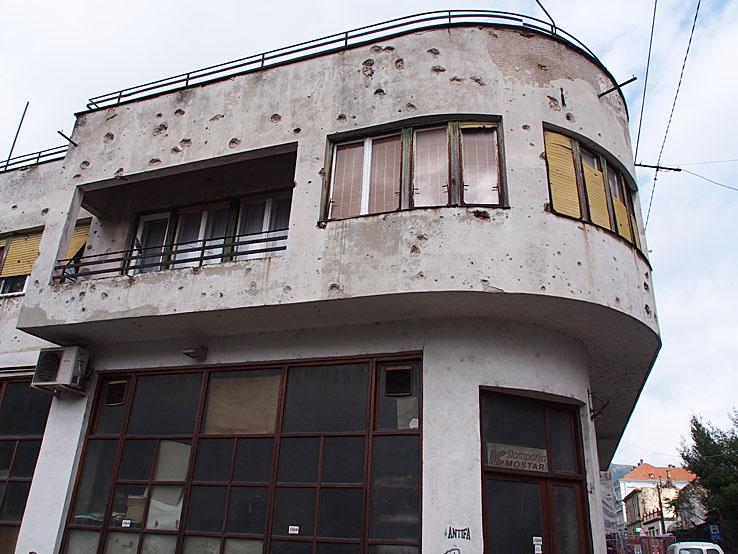 Skotthålen kvar! Mostar