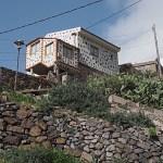 Husen är byggda på bergssluttningen. Masca