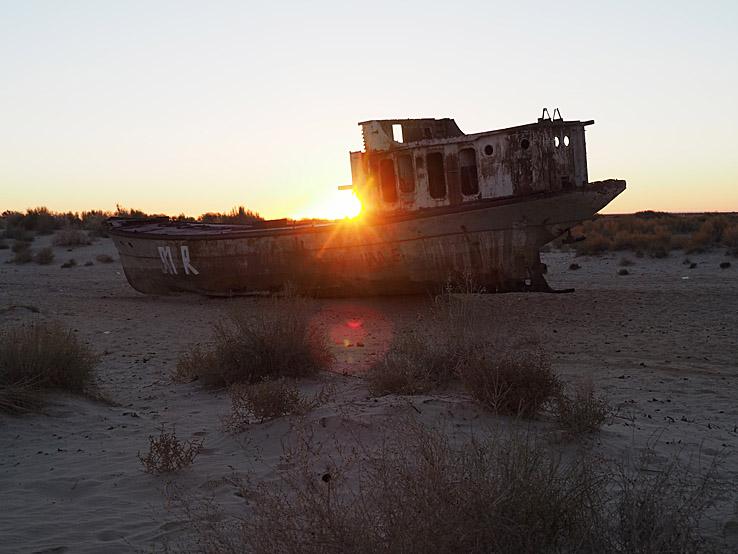 Skeppskyrkogård på Aralsjöns botten. Muynak