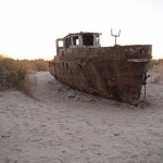 Skeppskyrkogård på Aralsjöns botten. Muynaklsjöns botten. Muynak