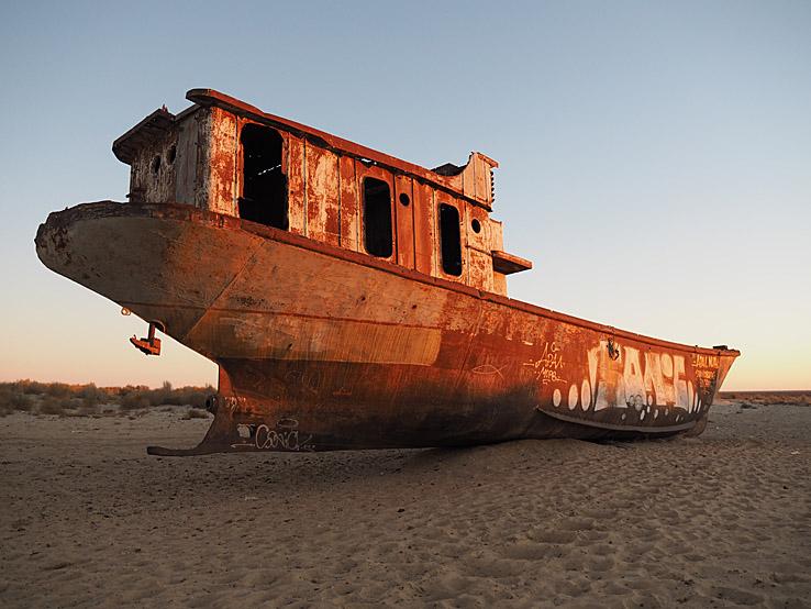 Skeppskyrkogård på Aralsjöns botten. Muynakn. Muynak