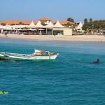 Fiskebåten dras till stranden för.... Santa Maria