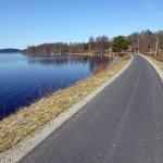 Leden följer Åsundens strandlinje. Ätradalsleden