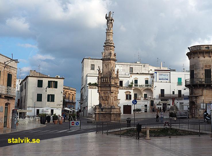 Obelisken med statyn av Sant´Oronzo. Ostuni