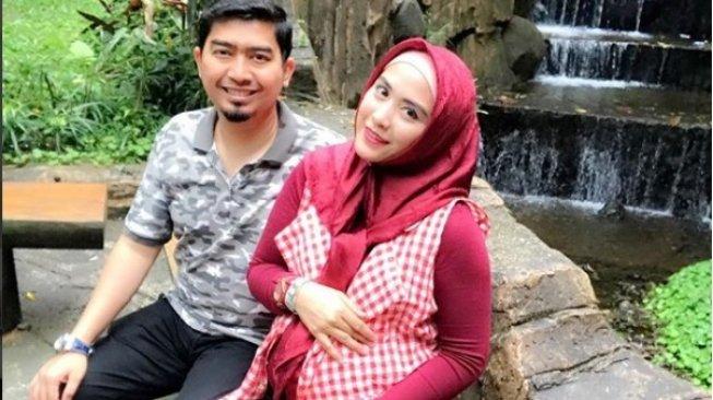 Ustadz Solmed dan April Jasmine. (Instagram)