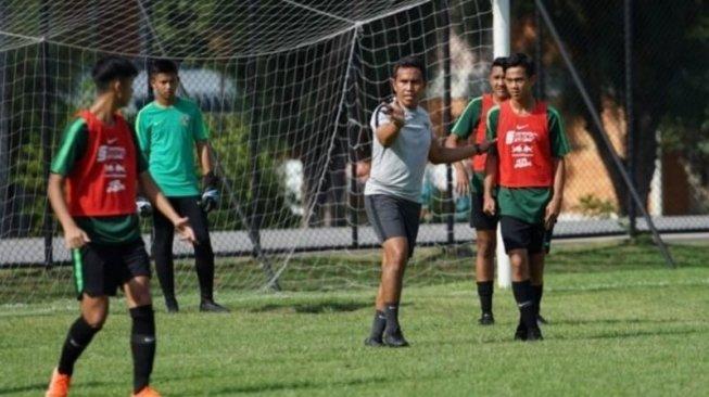 Pelatih timnas Indonesia U-15 Bima Sakti (kedua dari kanan) memimpin latihan skuatnya di Lapangan Latihan PTT di Chonburi, Thailand, Jumat (26/7). Mereka akan menghadapi Vietnam di laga perdana Grup A Piala AFF U-15, Sabtu (27/7). (dok Persatuan Sepak Bola Seluruh Indonesia/PSSI)