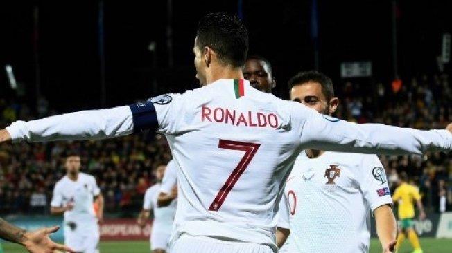 Bintang Portugal Cristiano Ronaldo merayakan golnya ke gawang Lithuania pada kualifikasi Piala Eropa 2020 di Vilnius. Petras Malukas / AFP