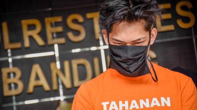 Tersangka kasus candaan bantuan sosial yang berisikan sampah dan batu kepada transpuan, Ferdian Paleka dihadirkan saat gelar perkara di Polrestabes Bandung, Jawa Barat, Jumat (8/5).  [ANTARA FOTO/Ahmad Fauzan]
