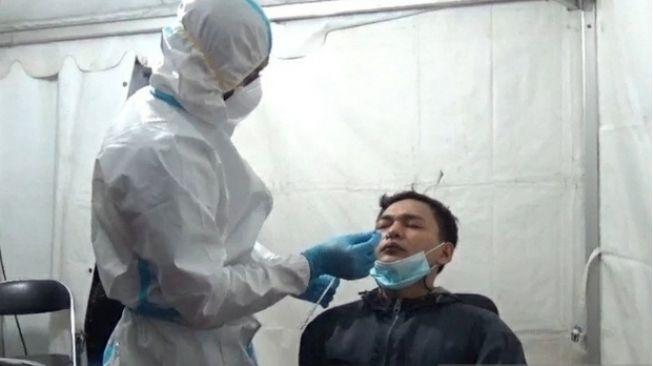Seorang pemudik menjalani tes antigen sebelum dibolehkan melanjutkan perjalanan karena alasan akan menikah. (ANTARA/Ali Khumaini)