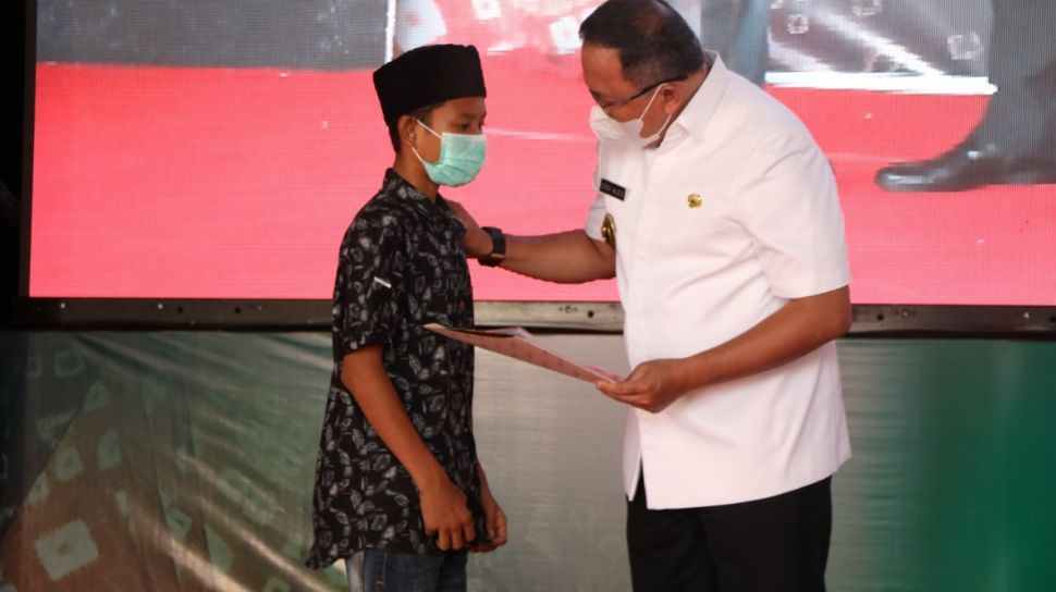 The four suspects are banyuasin regent dodi reza alex noerdin (dra); Suku Anak Dalam Di Kabupaten Ini Diberi Beasiswa - Suara